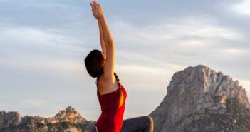 Das Glückshotel Ibiza buchen und vor der Kulisse der magischen Insel Es Vedra Yoga praktizieren.