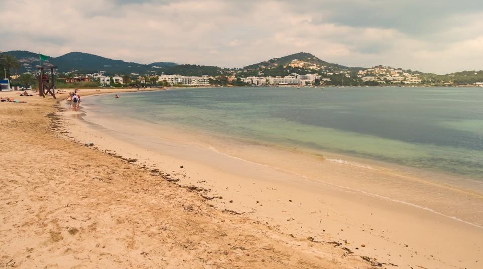 Während man bei  Glückshotel Ibiza Buchen wenig Wahlmöglichkeiten hat, ist man nach der Ankunft schon freier in der Wahl des passenden Strandes. Wie hier am Talamanca Beach darf man sich stets feinsten Sand unter den Füßen erwarten. (#2)