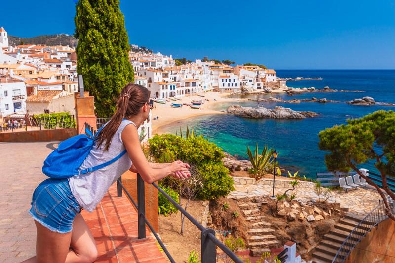 Oder man spaziert an der Küste entlang und genießt die fabelhafte Aussicht auf die felsigen Klippen, Burgen, Wälder und Dörfer. (#01)