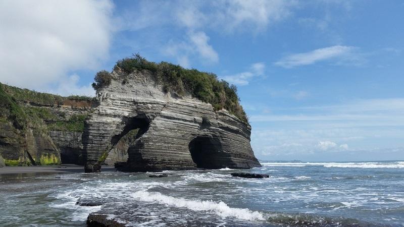 Steht da etwa ein Elefant im Wasser? Ach nein, das ist ja ein Fels! So etwa muss es den Entdeckern des Elephant Rocks ergangen sein. Denn der Fels ähnelt in seiner Form stark einem Elefanten, der sich aus dem spahirblauen Meer erhebt.