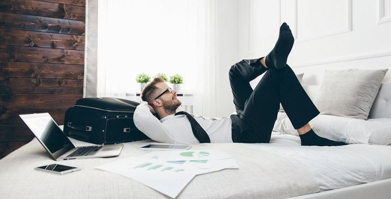 Bei der Meditation wird das Ziel verfolgt, das Gedankenkarussell im Kopf zu stoppen und dadurch innere Ruhe zu finden, sodass sich dann die Muskeln entspannen und das Herz-Kreislauf-System positiv beeinflusst wird.